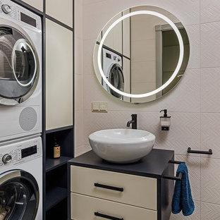 Пример оригинального дизайна: туалет среднего размера в современном стиле с плоскими фасадами, бежевыми фасадами, бежевой плиткой, керамогранитной плиткой, бежевыми стенами, полом из керамогранита, серым полом, настольной раковиной и черной столешницей