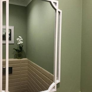Foto de aseo contemporáneo con sanitario de pared, baldosas y/o azulejos beige, baldosas y/o azulejos de cemento y paredes verdes