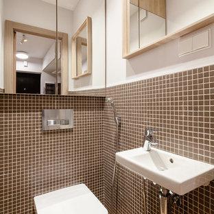 На фото: туалет в современном стиле с раздельным унитазом, коричневой плиткой, плиткой мозаикой, белыми стенами и бежевым полом