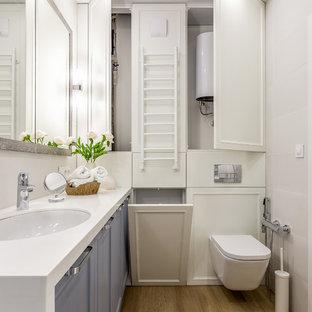 Неиссякаемый источник вдохновения для домашнего уюта: туалет в современном стиле с серыми фасадами, инсталляцией и врезной раковиной