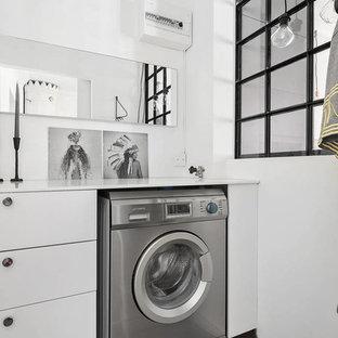 Idéer för att renovera en liten skandinavisk linjär tvättstuga, med släta luckor, vita skåp, vita väggar och grått golv