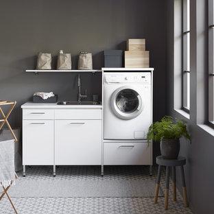 Неиссякаемый источник вдохновения для домашнего уюта: прямая универсальная комната среднего размера в скандинавском стиле с одинарной раковиной, плоскими фасадами, белыми фасадами, серыми стенами, полом из керамогранита и серым полом