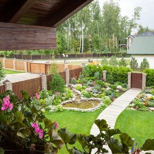 На фото: садовые дорожки и калитки в классическом стиле с