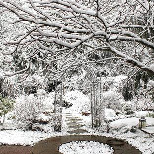 Esempio di un giardino classico in inverno