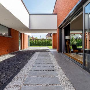 Свежая идея для дизайна: летний участок и сад на внутреннем дворе в современном стиле с полуденной тенью, покрытием из гравия и садовой дорожкой или калиткой - отличное фото интерьера