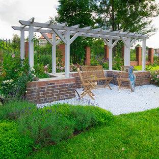 Выдающиеся фото от архитекторов и дизайнеров интерьера: солнечный, летний сад в классическом стиле с освещенностью