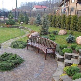 Exemple d'un jardin scandinave l'été avec une entrée ou une allée de jardin, une exposition partiellement ombragée et des pavés en pierre naturelle.