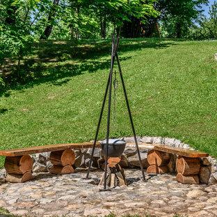 Свежая идея для дизайна: участок и сад в стиле рустика с местом для костра - отличное фото интерьера