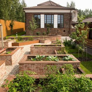 Выдающиеся фото от архитекторов и дизайнеров интерьера: солнечный, летний огород на участке в классическом стиле с освещенностью и покрытием из гравием