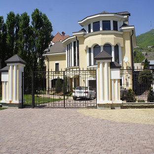 Идея дизайна: большой солнечный, летний участок и сад в классическом стиле с освещенностью и мощением тротуарной плиткой