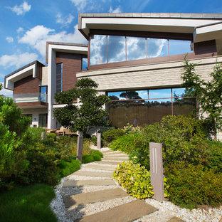 На фото: солнечный, летний участок и сад в современном стиле с освещенностью с
