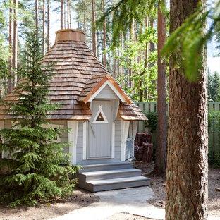 Пример оригинального дизайна: участок и сад в классическом стиле с детским городком