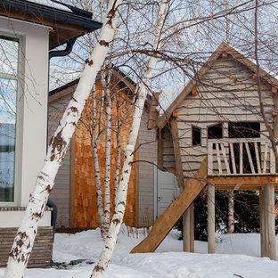 Свежая идея для дизайна: участок и сад зимой в современном стиле с детским городком и полуденной тенью - отличное фото интерьера