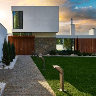 На фото: летний участок и сад среднего размера на заднем дворе в современном стиле с покрытием из каменной брусчатки, полуденной тенью и садовой дорожкой или калиткой