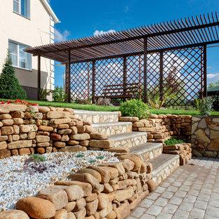На фото: солнечный, летний участок и сад в средиземноморском стиле с хорошей освещенностью с