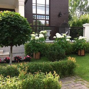 Пример оригинального дизайна: летний участок и сад на переднем дворе в классическом стиле с полуденной тенью и мощением клинкерной брусчаткой