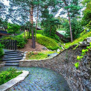 Пример оригинального дизайна интерьера: летний участок и сад в скандинавском стиле с подпорной стенкой и полуденной тенью