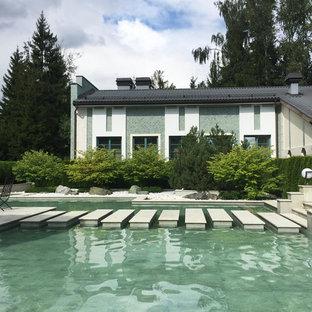 Идея дизайна: летний участок и сад на заднем дворе в современном стиле с прудом и полуденной тенью