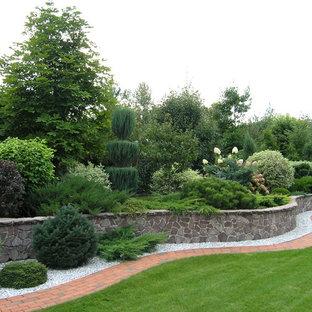 Неиссякаемый источник вдохновения для домашнего уюта: солнечный участок и сад в классическом стиле с подпорной стенкой, освещенностью и мощением клинкерной брусчаткой