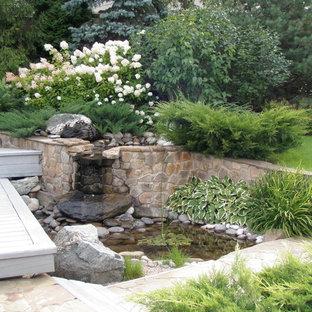 На фото: солнечный, летний, геометрический участок на заднем дворе в современном стиле с хорошей освещенностью и покрытием из каменной брусчатки с