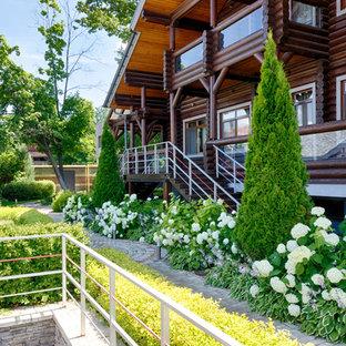На фото: летний участок и сад в стиле рустика с полуденной тенью с