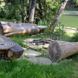 Свежая идея для дизайна: участок и сад в стиле рустика с прудом и покрытием из каменной брусчатки - отличное фото интерьера