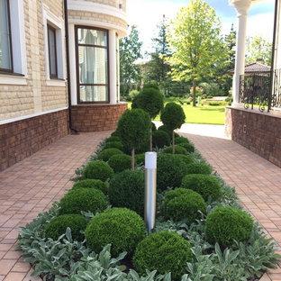 На фото: летние участки и сады в классическом стиле с полуденной тенью