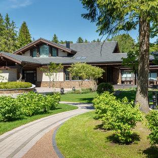На фото: солнечный, летний участок и сад на переднем дворе в современном стиле с хорошей освещенностью