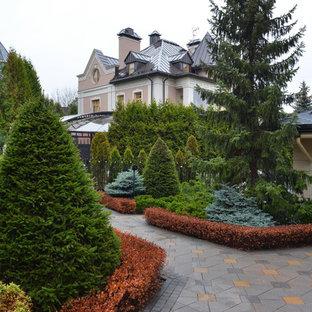 Свежая идея для дизайна: геометрический, тенистый, летний участок и сад в классическом стиле с дорожками - отличное фото интерьера