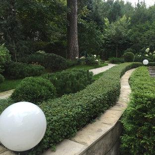 Выдающиеся фото от архитекторов и дизайнеров интерьера: геометрический, летний тенистый сад в классическом стиле