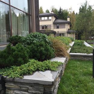 Выдающиеся фото от архитекторов и дизайнеров интерьера: летний участок и сад в современном стиле с подпорной стенкой