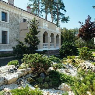 На фото: солнечный, летний участок и сад в классическом стиле с освещенностью с