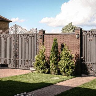 Свежая идея для дизайна: летняя садовые дорожки и калитки в классическом стиле с полуденной тенью и мощением клинкерной брусчаткой - отличное фото интерьера