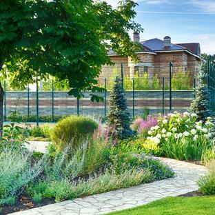 Идея дизайна: солнечный, летний участок и сад в классическом стиле с хорошей освещенностью и садовой дорожкой или калиткой