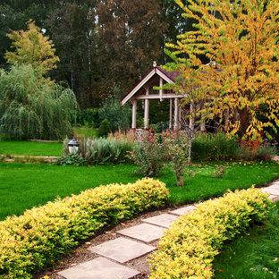 Выдающиеся фото от архитекторов и дизайнеров интерьера: осенняя садовые дорожки и калитки в современном стиле с полуденной тенью