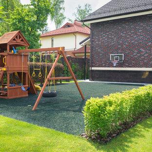 Стильный дизайн: солнечный, летний участок и сад в современном стиле с детским городком, хорошей освещенностью и мульчированием - последний тренд