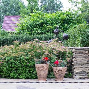 На фото: солнечный, летний участок и сад на боковом дворе в классическом стиле с хорошей освещенностью с