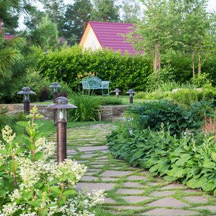 Свежая идея для дизайна: летний участок и сад на переднем дворе в современном стиле с подпорной стенкой, полуденной тенью и покрытием из каменной брусчатки - отличное фото интерьера