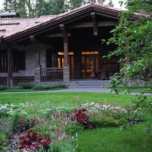 Mittelgroßes, Halbschattiges Rustikales Garten im Innenhof im Sommer mit Kamin und Natursteinplatten in Moskau