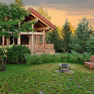 Пример оригинального дизайна интерьера: солнечный, летний сад в классическом стиле с костровой чашей и освещенностью
