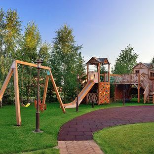 Идея дизайна: летний участок и сад в классическом стиле с детским городком и полуденной тенью