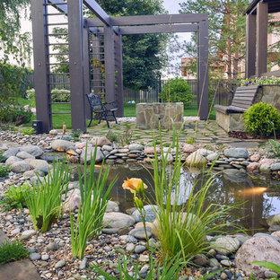 Klassisk inredning av en stor trädgård, med en damm på sommaren