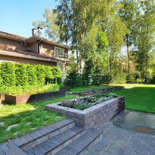 Неиссякаемый источник вдохновения для домашнего уюта: летний участок и сад в современном стиле с подпорной стенкой и полуденной тенью