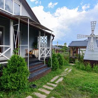 Пример оригинального дизайна интерьера: летняя садовые дорожки и калитки на заднем дворе в стиле кантри с полуденной тенью