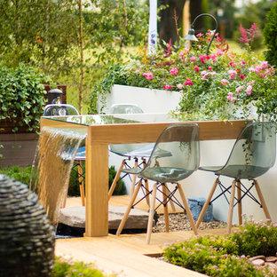 Idées déco pour un jardin contemporain l'été avec une cascade et une exposition ensoleillée.