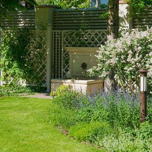 Стильный дизайн: летний, геометрический садовый фонтан среднего размера на внутреннем дворе в классическом стиле с полуденной тенью - последний тренд