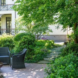 Пример оригинального дизайна: летний, геометрический участок и сад среднего размера на внутреннем дворе в классическом стиле с полуденной тенью и покрытием из каменной брусчатки