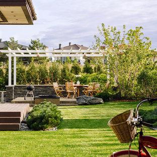 На фото: солнечный, летний участок и сад на заднем дворе в современном стиле с хорошей освещенностью с