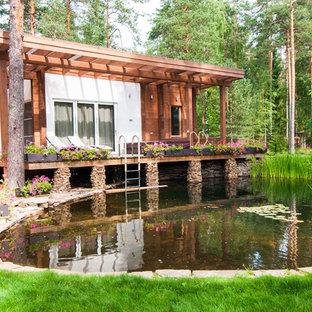Стильный дизайн: солнечный, летний участок и сад в современном стиле с прудом и освещенностью - последний тренд