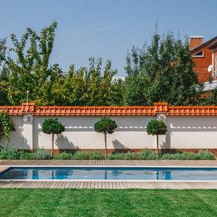 На фото: солнечные, летние участки и сады в современном стиле с освещенностью и настилом